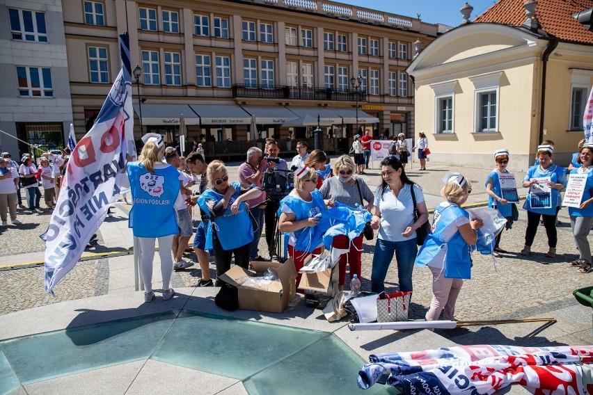 Protest pielęgniarek i położnych na Rynku Kościuszki w...