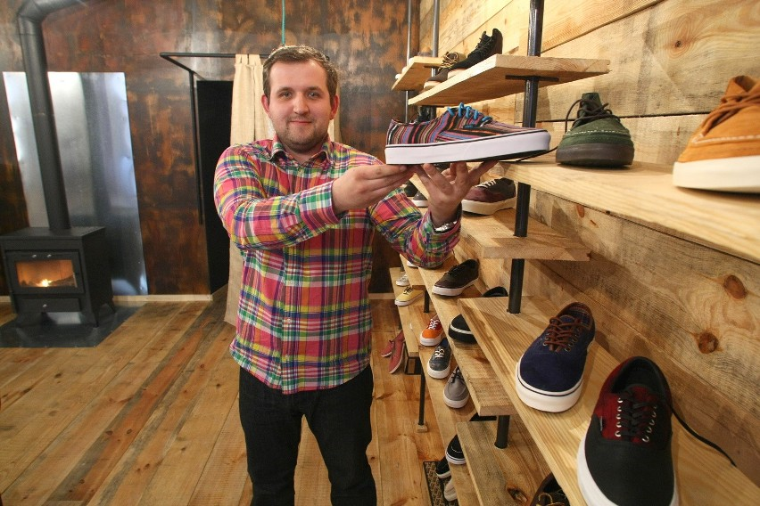 Wojciech Piwowar, właściciel otwartego kilka dni temu sklepu Eleven, ma w swojej ofercie przede wszystkim duży wybór obuwia.