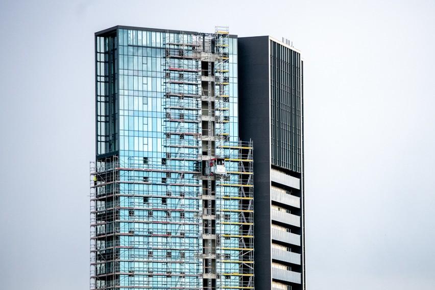 Wieżowiec ma 73 metry wysokości. To sprawia, że jest...