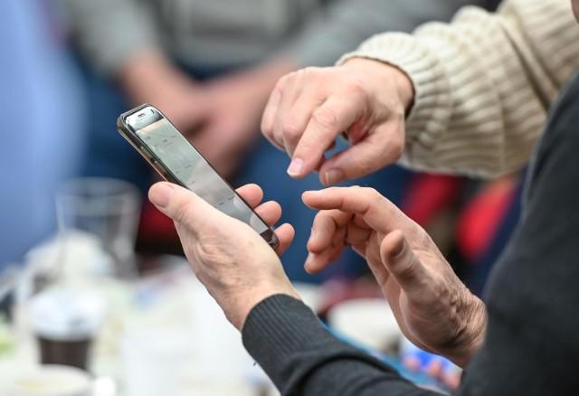 Eksperci przestrzegają przed instalowaniem aplikacji, które nie pochodzą z autoryzowanych sklepów takich jak Google Play czy App Store.