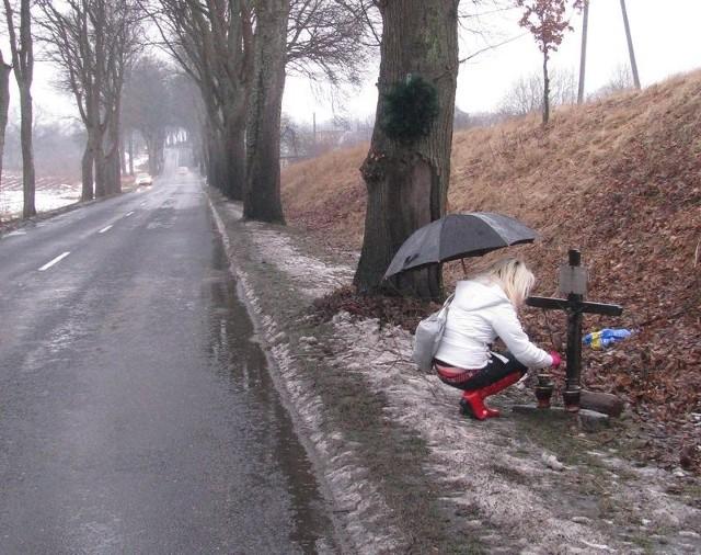 Na poboczu drogi z Lęborka do Łeby pełno jest drzew. Napotkać tu można też przydrożne krzyże.