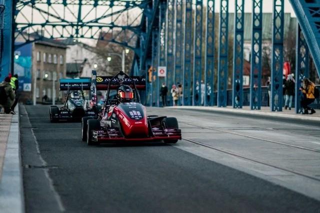 Na ulicach w centrum pojawiły się bolidy wyścigowe, które w krótkim czasie mogą uzyskiwać ogromne przyspieszenie.