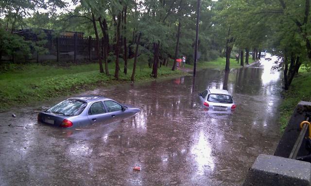 Tak wyglądała w 2011 roku zalana ul. Drewnowska, w stronę al. Unii. To od lat jedna z najczęściej zalewana łódzka ulica.