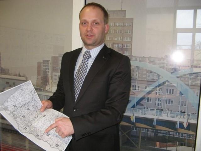 Marek Rydzewski pokazuje mapę pogranicza, na której zaznaczył tereny, skąd pochodzą Polacy, którzy wybrali AOK.