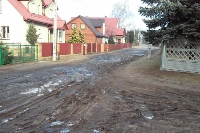 Starosielce - tak wygląda w lutym ulica Polowa.