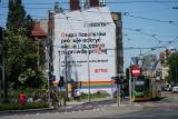 Nowy mural na kamienicy przy ul. Dąbrowskiego. Tak, jak poprzednie, związany jest z serialem