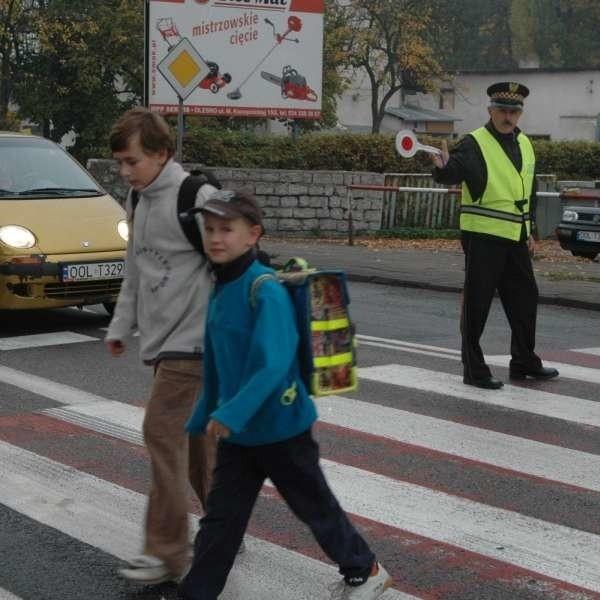 Rano straż miejska pomaga uczniom przejść przez Wielkie Przedmieście. Po lekcjach dzieci muszą już sobie radzić same. Tymczasem, zdaniem opolskiej GDDKiA, to przejście jest bezpieczne.