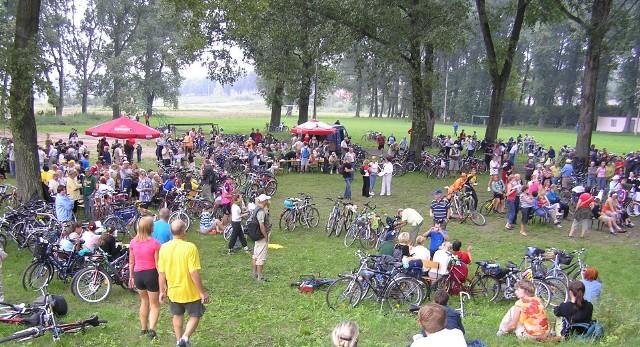"""Ruszają zapisy do popularnego cyklu """"Kujawsko-Pomorskie na rowery!"""". Warto wyruszyć na trasę w towarzystwie swojej i innych rodzin, bo głównie im dedykowane są rajdy"""