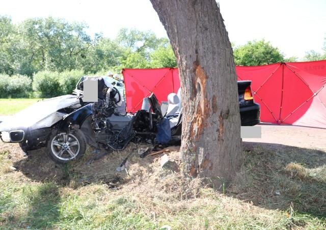 Podróżni mieli więcej szczęścia niż kierowca tego auta, który zginął 22 maja na ul. Nad Groblą w Chełmnie. Jednak do wszystkich policjanci apelują o ostrożność