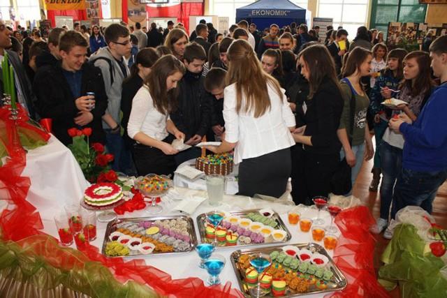Uczniowie Zespołu Szkół w Dąbrowicy podczas giełdy szkół