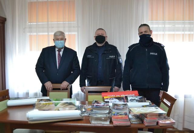 wójt Józef Predenkiewicz przekazał policjantom ulotki o tematyce profilaktycznej