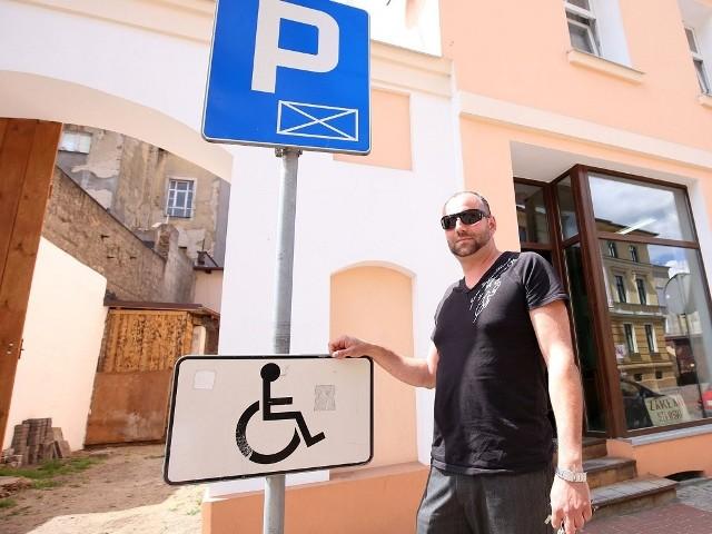 Jakub Kołsut (na zdjęciu przy sądzie) wygrał wczoraj w sądzie ze strażą miejską, bo parking na św. Jerzego był źle oznakowany.