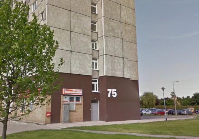 Na os. Orła Białego 75 z okna wypadł 40-letni mężczyzna