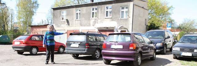 Teresa Mielniczek pokazuje auta stojące na podwórku przy ul. Konopnickiej 28.