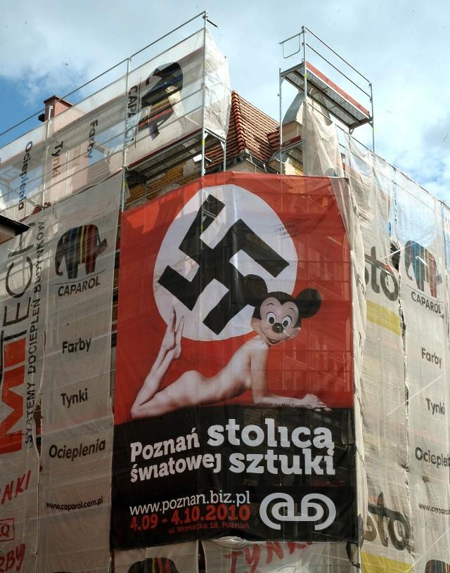 W 2010 roku skandal wywołał plakat, który miał reklamować wystawę w galerii Abnormalni. Zawisł w Poznaniu na ulicy Wronieckiej. Cała Polska mówiła wtedy o plakacie, na którym znalazła się sylwetka nagiej kobiety z głową Myszki Miki. Leżała pod swastyką. Sprawą zajęła się poznańska prokuratura po doniesieniu jednego z radnych. Sprawa została jednak umożona.
