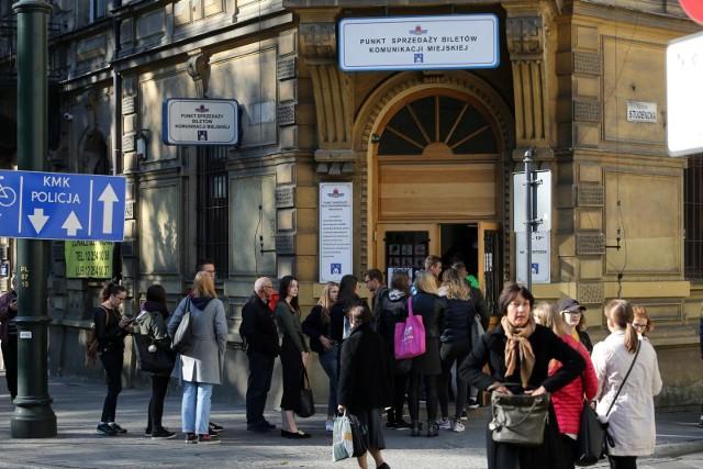 Aktualnie otwarty jest jeden punkt sprzedaży biletów przy ul. Podwale. Tworzą się tam duże kolejki