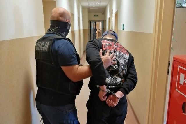 W czwartek, 18 czerwca, około godziny 22, do komisariatu policji przy ul. Ciesielskiej zgłosili się dwaj 16-latkowie, którzy poskarżyli się, że zostali okradzeni w parku Staromiejskim. Chłopcy zeznali, że zaczepiło ich dwóch młodych mężczyzn. Szarpiąc za ubrania zmusili ich do oddania im e-papierosów. Kiedy odmówili, sprawcy postanowili użyć przemocy i uderzyli w twarz każdego z nich.