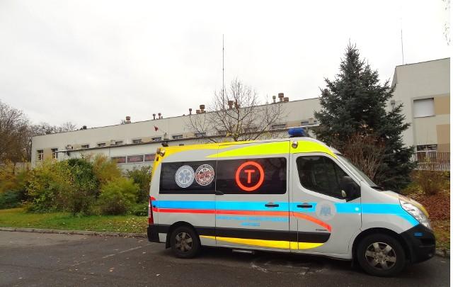Karetka przed szpitalem w Międzyrzeczu.