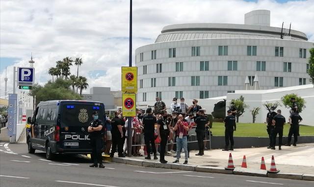 Biało-Czerwoni na kilkadziesiąt godzin zamieszkają w hotelu Barcelo, nieco ponad kilometr od LaCartuja Sewilla, gdzie jutro zmierzą się z Hiszpanami. Przed hotelem witało ich dosłownie kilku kibiców, była też sporo większa grupa dziennikarzy.