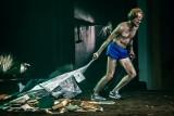 """""""Burza"""" w Teatrze Szekspirowskim, czyli wyspa tonąca we mgle! Spektakl w reżyserii Szymona Kaczmarka"""
