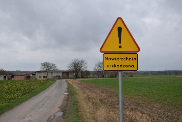 Gmina ostrzega przed drogą w Kosowie. Większość kierowców stara się ją omijać, ale czasami  trzeba z niej korzystać.