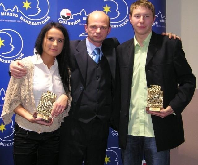 Karolina i Krystian są zawodnikami UKS GMDS Barnim. Mieszkają i trenują w Goleniowie. Prywatnie są przyjaciółmi, kibicują sobie nawzajem. Ich trener nie kryje dumy z młodych lekkoatletów.