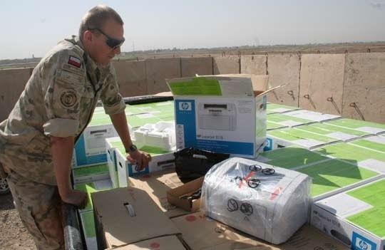 """- Zrealizowaliśmy dwa projekty w kategorii """"Education"""", dostarczając po dziesięć komputerów do siedmiu szkół średnich oraz wyposażenie do czterech podstawówek – wspominają żołnierze."""