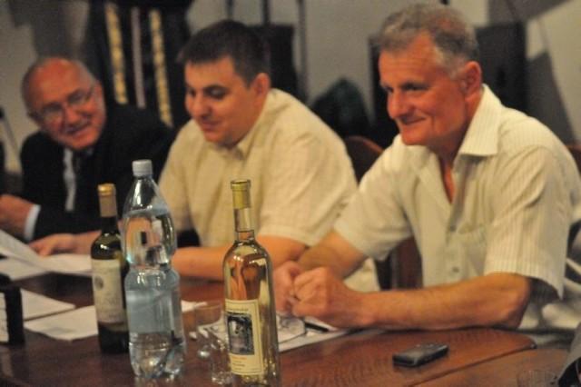 Od lewej: senator Stanisław Iwan, członek zarządu Marcin Moszkowicz i prezes Zielonogórskiego Stowarzyszenia Winiarskiego