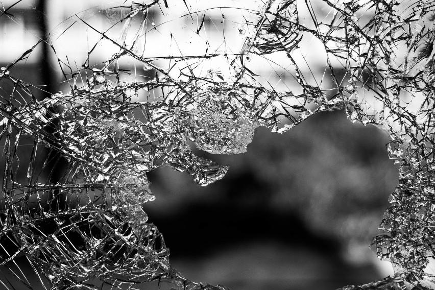 Do zderzenie osobowego renault z tirem doszło na ul. Sikorskiego w Kostrzynie nad Odrą.