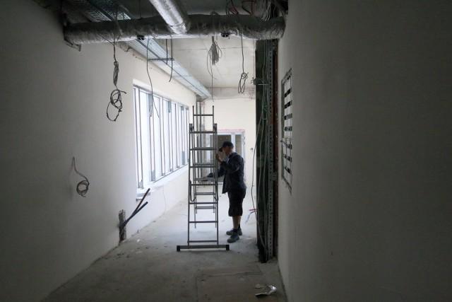 Kto planuje remont - ale nie we własnym zakresie - musi mieć nie tylko pieniądze, ale też pełno cierpliwości. Trzeba czekać tygodniami na rozpoczęcie robót przez fachowca
