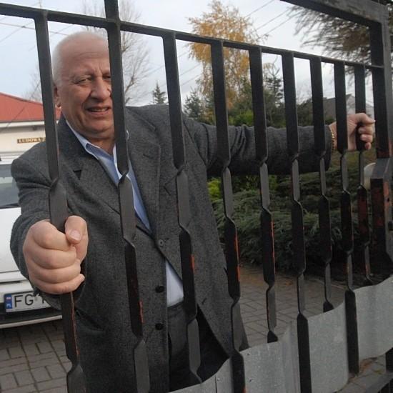 Jerzy Nowak już trzeci rok elektryczną bramę otwiera ręcznie. Zwichrowana brama chodzi tak ciężko, że trzeba się przy niej nieźle namęczyć.
