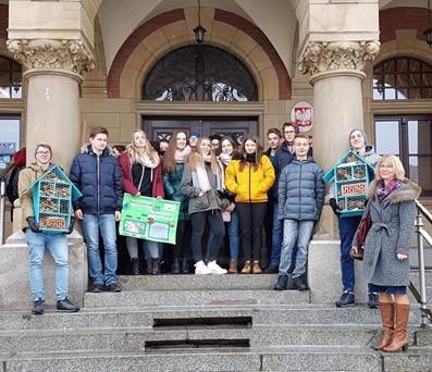 Uczniowie Liceum Ogólnokształcącego im. Stanisława Staszica podczas akcji promocyjnej przed  Urzędem Miasta.