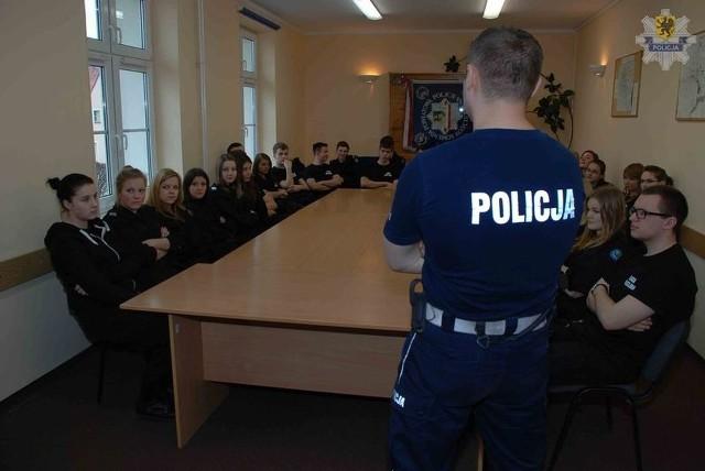 Uczniowie Zespołu Szkół Ponadgimnazjalnych nr 1 w Kościerzynie odwiedzili policjantów z Komendy Powiatowej Policji w Kościerzynie