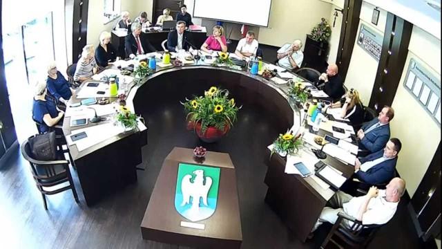 Na 13 obecnych, 10 było przeciw udzieleniu absolutorium, jeden radny wstrzymał się od głosu, a dwóch było za
