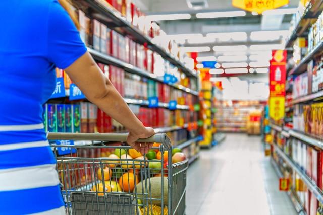 1)rób zakupy spożywcze w sklepie, w którym robiłeś je dotychczas → unikniesz zbędnego poruszania się po hali sprzedaży celem odszukania konkretnego produktu,2)przygotuj się do zakupów – zrób listę potrzebnych produktów → skrócisz czas przebywania w sklepie,3)podczas zakupów korzystaj z wózków sklepowych → winny być dezynfekowane; jeśli masz obawy przetrzyj uchwyt/użyj rękawiczek jednorazowego użytku, 4)jeśli w ostateczności przynosisz własne torby na zakupy → pamiętaj, że muszą być czyste, a po każdym użyciu należy je umyć i zdezynfekować – ograniczysz ryzyko przenoszenia wirusa;5)unikaj odwiedzania kilku placówek w poszukiwaniu konkretnego lub tańszego towaru → zmniejszasz ryzyko fizycznego kontaktu z innymi osobami i - w konsekwencji - ryzyko zakażenia,