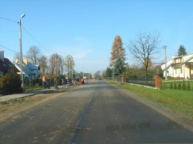 W rankingu doceniliśmy gminy, które dużo inwestują i dbają o finanse mieszkańców. Na zdjęciu budowa chodnika w gminie Białobrzegi. Fot. Jansuz Pawlak