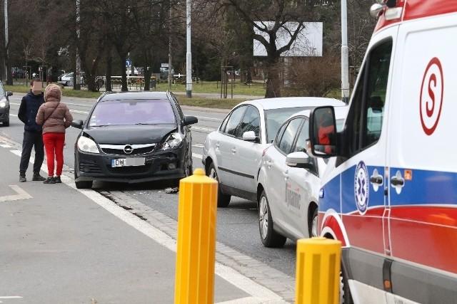 Według wstępnych ustaleń winnym wypadku jest kierowca opla - obywatel Ukrainy, który nie zachował ostrożności i uderzył w tył volkswagena. Volkswagen następnie uderzył w tył jadącego przed nim forda.
