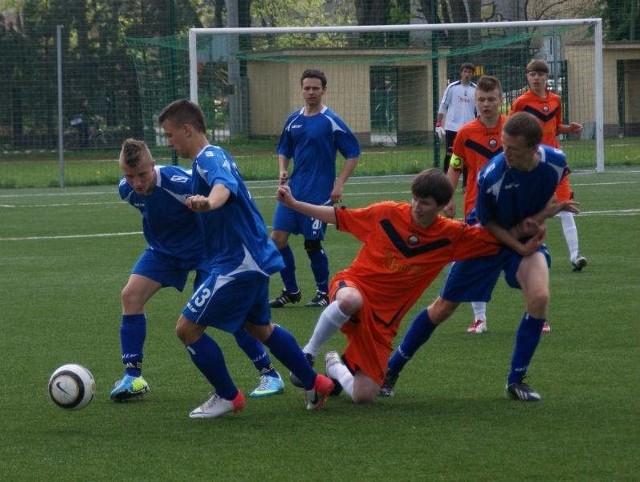 Juniorzy Karpat (na niebiesko) w końcu zapunktowali.