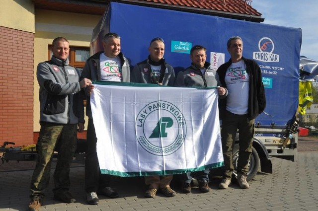 Leśnicy z Kartuz na rowerach pomogą chorym dzieciomW zeszłym roku leśnicy z Kartuz w 10 dni z przepłynęli z Warszawy do Gdańska, by uczcić 70. rocznicę powstania Gdańskiej Dyrekcji Lasów Państwowych i wspierać Fundację z Pompą