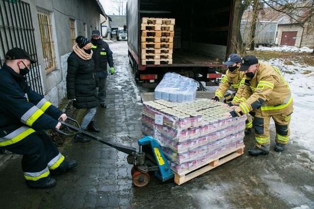 Rozładunek żywności, która dotarła do Krzeszowic. Tym samym rozpoczął się piąty sezon realizacji Programu Pomocy Żywnościowej