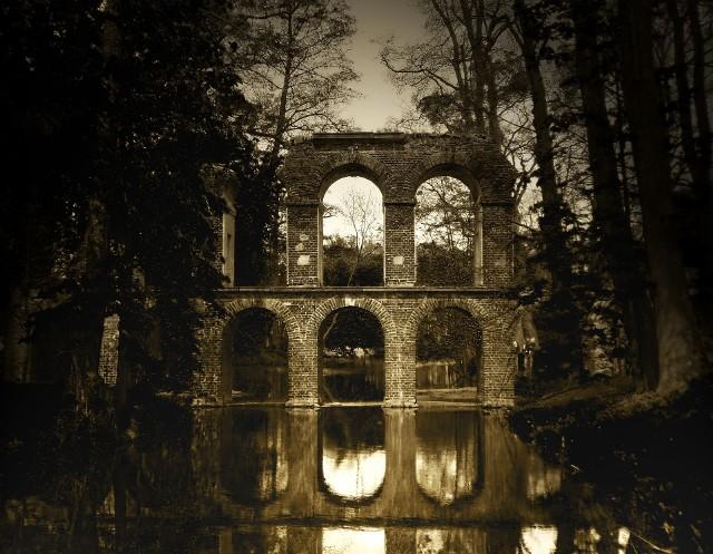 Arkadia Arkadia to ogród Heleny Radziwiłłowej. Stworzony w stylu angielskim, który przeciwstawiał się sztuczności ogrodów barokowych, stawiając na swobodne i nastrojowe kompozycje. Do prac nad ogrodem księżna przystąpiła w 1778 roku i urządzała go aż do swojej śmierci w 1821 roku. Przez park przepływa rzeczka Skierniewka.