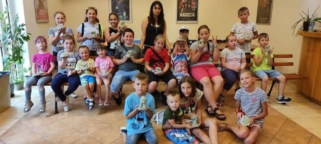 Ciekawe zajęcia dla dzieci odbyły się w Miejsko-Gminnym Ośrodku Kultury w Janikowie. Najmłodsi wykonywali odlewy rąk. Mieli okazję sprawdzić, jak wykonuje się odlew twarzy