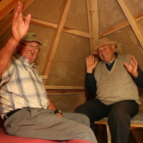 - Budowa piramidy to był mój pomysł , a Jurek go podchwycił - przyznaje Jerzy Mientus z Nakła (z lewej).  - I nie żałuję! - podkreśla Jerzy Szwuger.