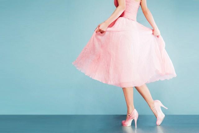 Sukienki na wesele są bardzo poszukiwane. W końcu ślub to doniosła uroczystość i ani na nim, ani na weselu nie wypada pojawić się ubranym byle jak. Jak jednak wypada się ubrać? Jakie sukienki weselne będą odpowiednie do naszego wieku czy sylwetki? Co jest teraz modne? Jeśli szukasz sukienki na wesele, ale kompletnie nie masz pomysłu na to, jak miałaby wyglądać, zobacz w naszej galerii propozycje, jak ubrać się na wesele.