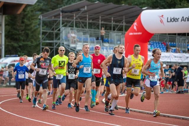 Biegacze rozpoczynali bieg na stadionowej bieżni i tam też go kończyli