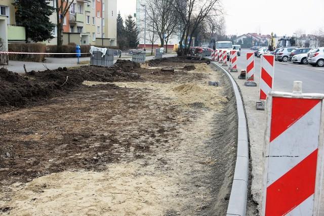 Prace prowadzone są m. in. na ul. Wachowiaka, gdzie powstaje nowy parking