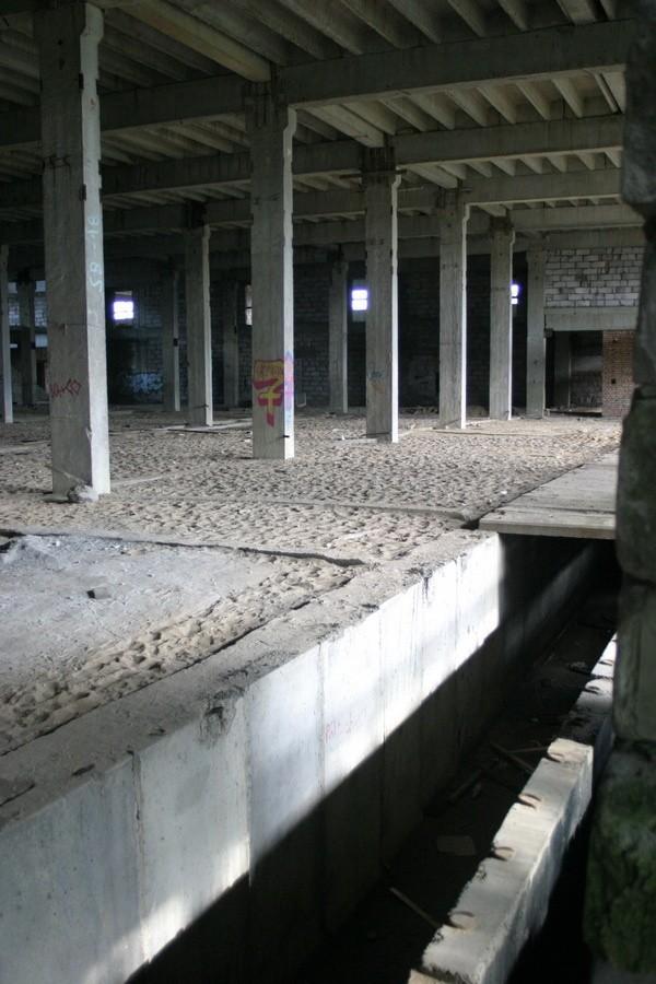 Dawnych, stilonowskich hal nie dokończono nawet budować. Wejść tam może praktycznie każdy, a to grozi śmiertelnym niebezpieczeństwem. Cud, że jeszcze nikt tam nie zginął.