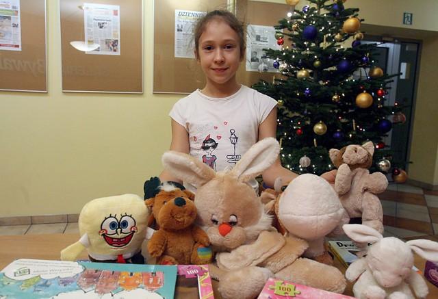 9-letnia Zuzia przyniosła pluszaki, książki i puzzle
