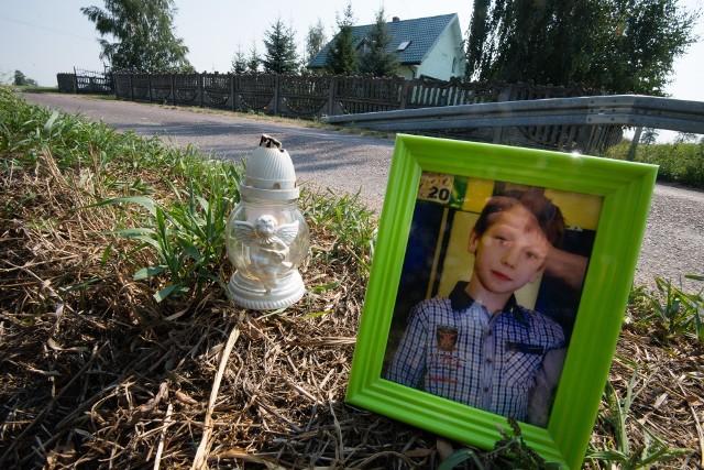 11-letni Kacperek ze Steklinka zmarł wskutek śmiertelnego potrącenia przez kierowcę, który był: po alkoholu, bez prawa jazdy, z sądowym zakazem kierowania wszelkimi pojazdami. W pierwszym procesie mężczyzna został uniewinniony.
