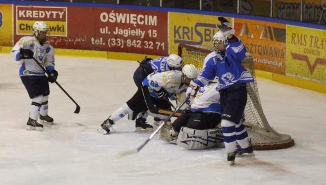Stoczniowiec Gdańsk (niebieskie stroje) po raz pierwszy w historii kobiecego hokeja i klubu sięgnął po złoty medal.